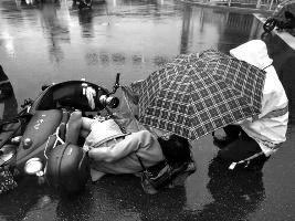 女子车祸倒雨中 安康交警为她撑起了伞