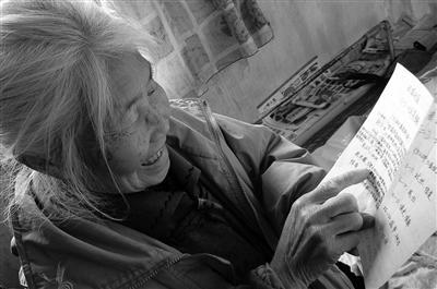 老人坚持写诗数十年本报记者 李宗华摄