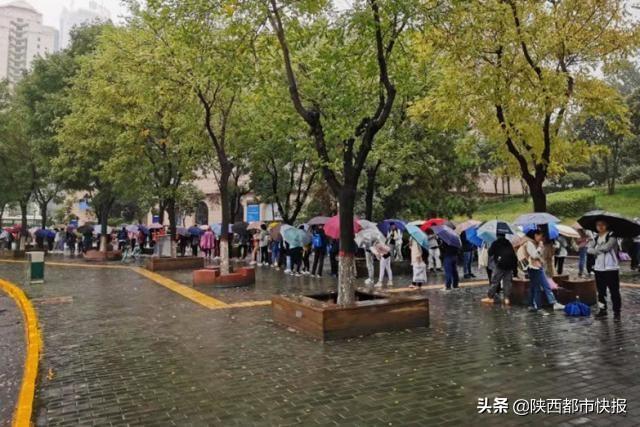 国庆省图书馆人流量不输景区 备考大军占主流