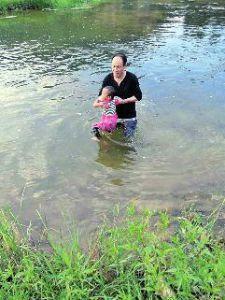 商洛3岁女童河边玩被冲走