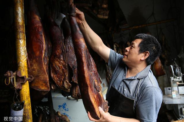 陕西安康:夫妻卖腊肉10多年 年
