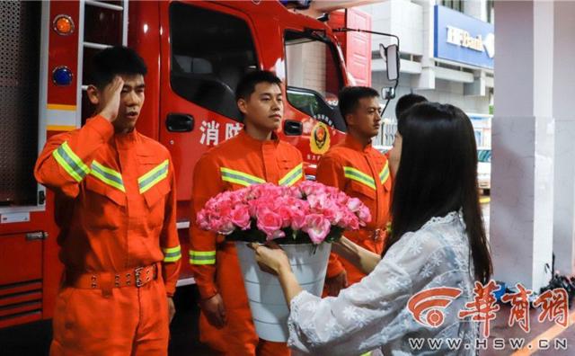 西安女子送消防员5000朵玫瑰 希望每次平安归来