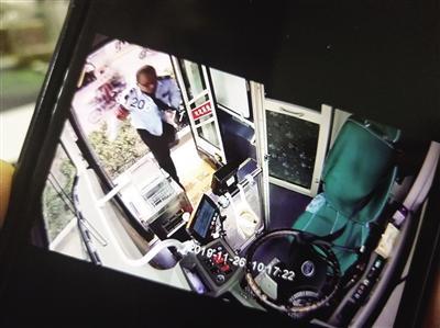 代步车侧翻七旬老人被困 公交司机20秒救人