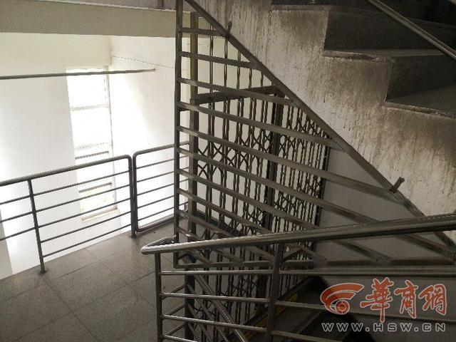商户花3000多万购买商铺 却被物业封死扶梯