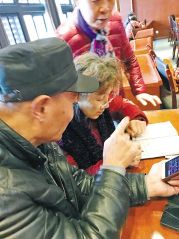 腾讯qq被盗_教老人用智能手机的培训班期期爆满 86岁的也来了_大浙网_腾讯网
